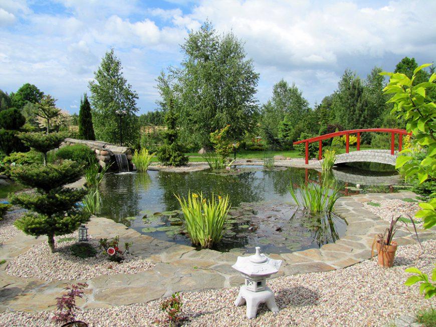 Styles de jardins - jardin d'inspiration japonaise avec une pont rouge