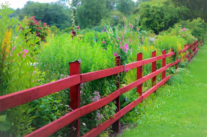 Styles de jardins - jardin champêtre et barrière en bois rouge